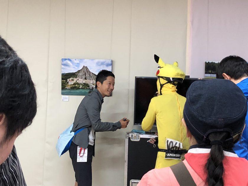 ちょうど写真家の辻啓氏のトークショー後のサイン会?が。謎の2ショット(笑)